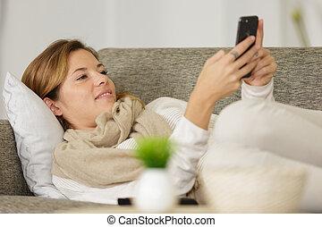 s'étend, femme, sofa, heureux