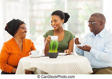 sênior, africano, pais, comendo café, com, filha