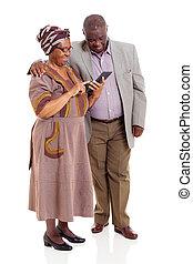 sênior, africano, par, usando, tabuleta, computador