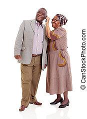 sênior, africano, par, usando, telefone móvel