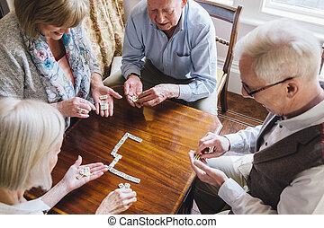 sênior, amigos, dominós jogando