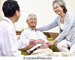 sênior, asiático, paciente, sendo, levado, cuidado, de, por, doutor familiar, e, esposo