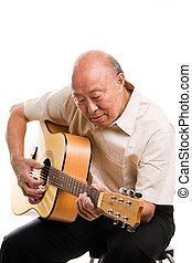 sênior, asiático, violão jogo