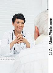sênior, atentamente, médico feminino, paciente, escutar, jovem