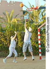 sênior, basquetebol, par, tocando