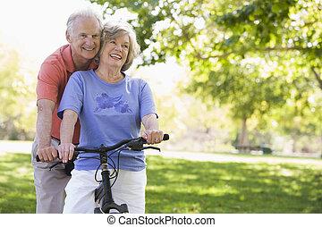 sênior, bicicleta, par