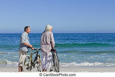 sênior, bicicletas, par, seu, praia