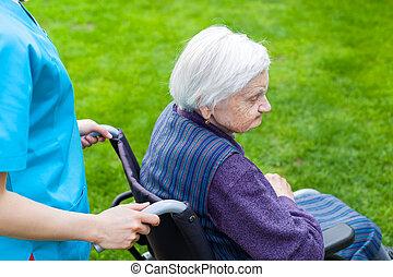 sênior, cadeira rodas, mulher, enfermeira