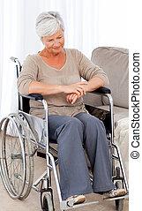 sênior, cadeira rodas, pensativo, dela