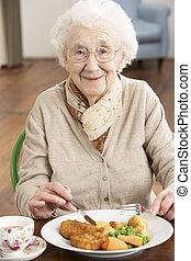 sênior, desfrutando, refeição, mulher