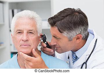 sênior, doutor, examinando, orelha