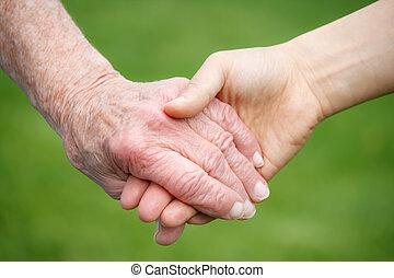 sênior, e, mulheres jovens, segurando mão