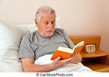 sênior, em, a, asilo, ler, a, livro, cama