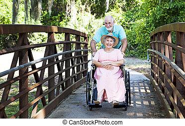 sênior, empurrões, esposa, em, cadeira rodas