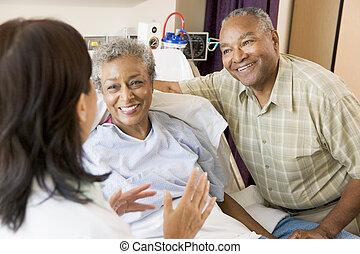 sênior, falando, enfermeira, par