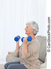 sênior, fazendo, dela, exercícios, ligado, dela, sofá