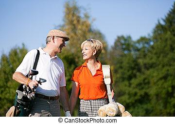 sênior, golfe, par, tocando