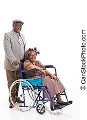 sênior, homem africano, empurrar, esposa, ligado, cadeira rodas