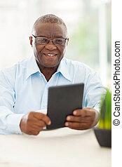 sênior, homem africano, segurando, tabuleta, computador