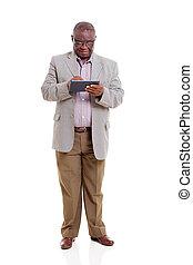 sênior, homem africano, usando, tabuleta, computador