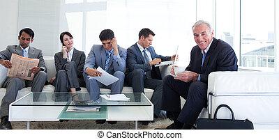 sênior, homem negócios, bebendo, um, café