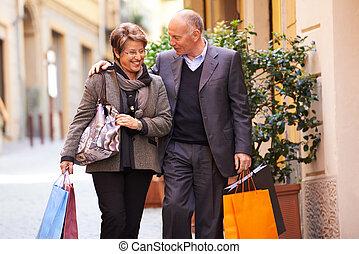 sênior, homem velho, e, shopping mulher, em, itália