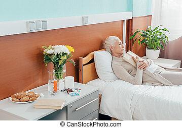 sênior, hospitalar, mulher, livro