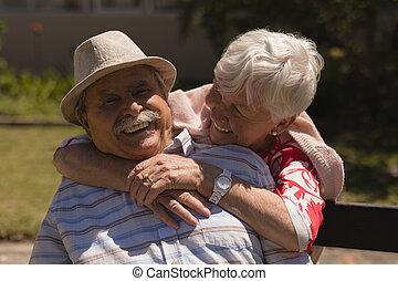 sênior, jardim, vista, abraçar, mulher homem, frente