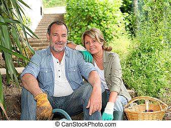 sênior, jardinagem, par, junto, feliz
