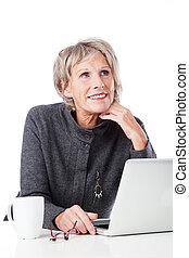 sênior, laptop, mulher, pensativo