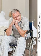 sênior, lar, seu, cadeira rodas, homem sorridente