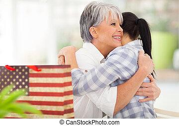 sênior, mãe, abraçando, filha, após, recebendo, presente
