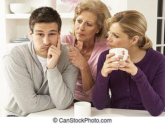 sênior, mãe, interferring, com, par, tendo, argumento, casa