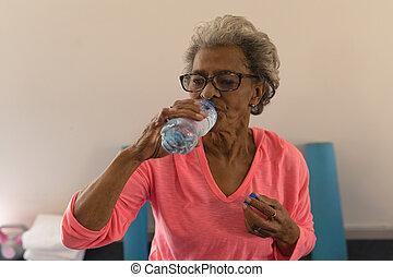 sênior, malhação, água, após, bebendo, mulher