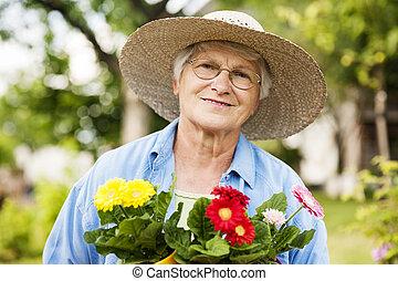 Sênior, mulher, flores
