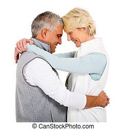 sênior, olhos, par abraçando, fechado