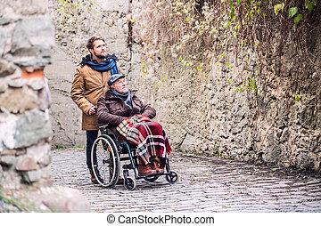 sênior, pai, em, cadeira rodas, e, filho, ligado, um, caminhada dentro, antigas, town.