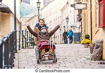sênior, pai, em, cadeira rodas, e, jovem, filho, ligado, um, walk.