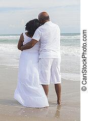 sênior, par americano africano, ligado, praia
