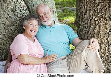 sênior, par feliz, ao ar livre