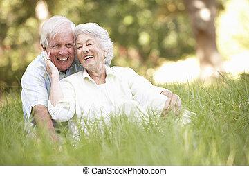 sênior, parque, par, sentando