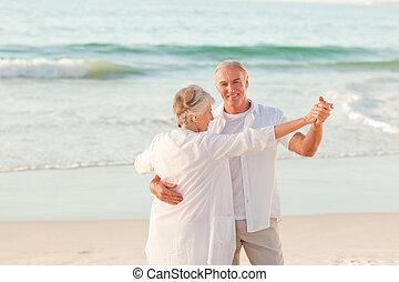 sênior, praia, par dançando