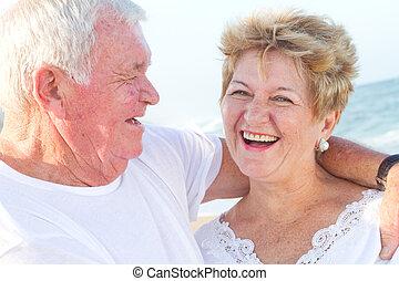 sênior, praia, par, rir