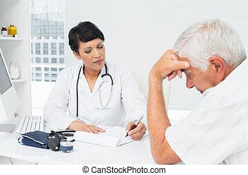 sênior, preocupado, doutor, paciente, explicando, relatórios