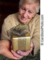 sênior, segurar um presente, caixa