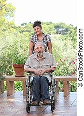 sênior, sendo, empurrado, em, cadeira rodas