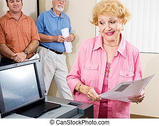sênior, senhora, votando