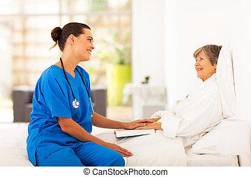 sênior, visitando, paciente, enfermeira, amigável