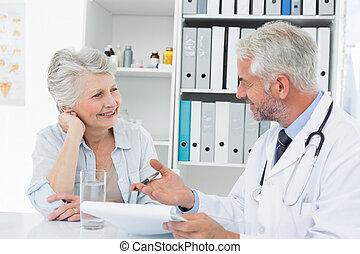 sênior, visitando, paciente, médico feminino