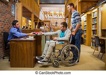 sílla de ruedas, estudiante masculino, mostrador, biblioteca